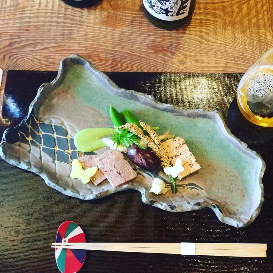 このお皿の形を見たら答えがわかっちゃいますね!発酵の聖地「徳山鮓」