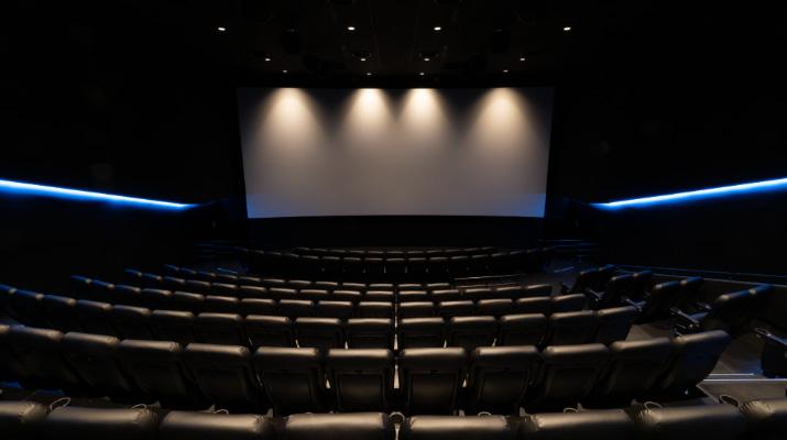 映画館は三密か否か?