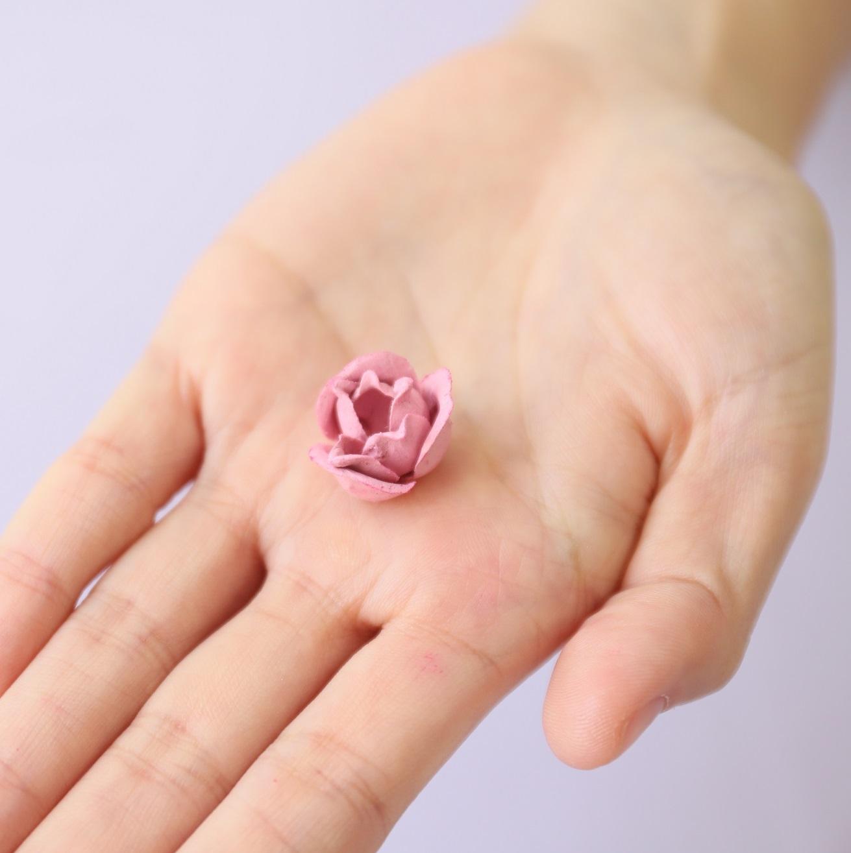 レ・メルヴェイユーズ ラデュレから、優雅なスワンのポットに入った、花弁チークの限定品が登場。